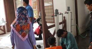 Relawan peserta Pelatihan WASH mempersiapkan alat penjernih yang lebih besar. (foto/Humas)