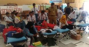 Siswa dan Guru SMA 1 Cepu saat donor darah.