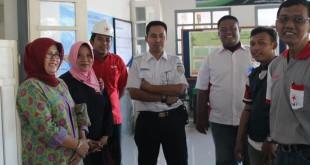Ketua PMI Blora Umi Kulsum bersama Kepala Stasiun Cepu Tonny melihat kesiapan posko medis di Stasiun Cepu, Senin (4/7). (Foto : Rsy/PMI)