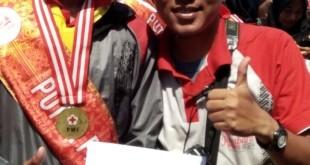 Wahyu Suryono Pratama menunjukkan piagam dalam Jumbara Nasional VIII 2016