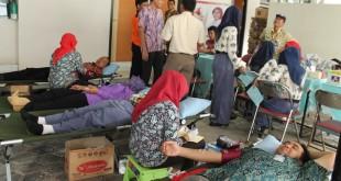 Kegiatan Donor darah yang dilaksanakan UTD PMI Blora dengan masyarakat. (dok humas PMI)