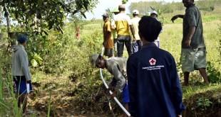 Masyarakat Desa Sendangmulyo Kecamatan Ngawen bersama relawan program Wash PMI Blora sedang memasang pipa jaringan air bersih,  (PMI Humas/Dok)