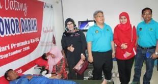 Ketua PMI Blora Umi Kulsum bersama Fild Operation Manager Geo Cepu Markoni melihat peserta donor darah yang dilaksanakan di Kantor Pertamina Ledok, Jumat (2/9). (Foto : Humas PMI)
