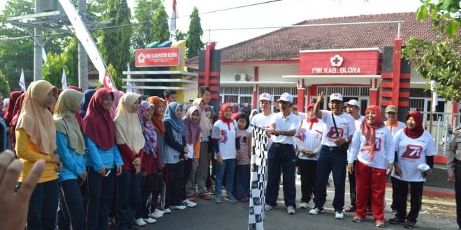 Plt Sekda Blora Sutikno Slamet didampingi Pengurus PMI Blora melepas peserta jalan sehat kemanusian dalam rangka HUT PMI ke-71, Minggu (18/9). (foto : Humas)
