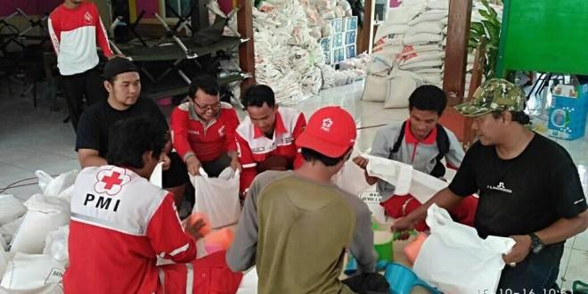 MEMBANTU : Relawan dari PMI Blora sedang membantu pengepakan di Posko Penanngulangan Bencana Kecamatan Gubug Kabupaten Grobogan yang terkena bencana banjir. (foto: dok PMI)