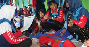 Anggota PMR Madya sedang sibuk melakukan praktek pertolongan pertama saat latihan bersama PMR Madya yang dilaksnakan di SMPN 1 Jepon, Minggu (16/10). (Foto : Rusyono)