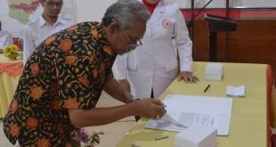 Ketua Bulan Dana PMI Sutikno Slamet menandantangani berita acara penyeragan dana bulan dana PMI 2016 kepada Ketua PMI Blora Umi Kulsum saat Musyker 2017, Sabtu, 28 Januari 2017.