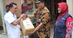 Camat Blora Sarmidi menyerahkan bantuan dari PMI Blora kepada Kepala Desa Purwosari untuk diberikan kepada korban bencana angin puting beliung yang menerjang desa setempat.