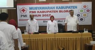 Ketua PMI Blora Umi Kulsum bersama Ketua Bidang Organisasi PMI Jateng saat Muskab PMI Blora di Ruang Pertemuan Setda Blora, Sabtu (20/5). (Foto: humas PMI Blora)