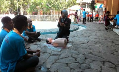 Tim Medis PMI Blora sedang memberikan pelatihan pertolongan pertama pada petugas yang ada di Kolam Renang Tirtonadi Blora, Rabu (24/5).