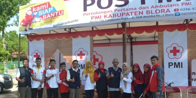 Ketua PMI Blora Sutikno Slamet dan pengurus saat berada di Posko Induk Jl Blora-Purwodadi, Desa Tamanrejo Tunjungan. (foto : Humas PMI Blora)